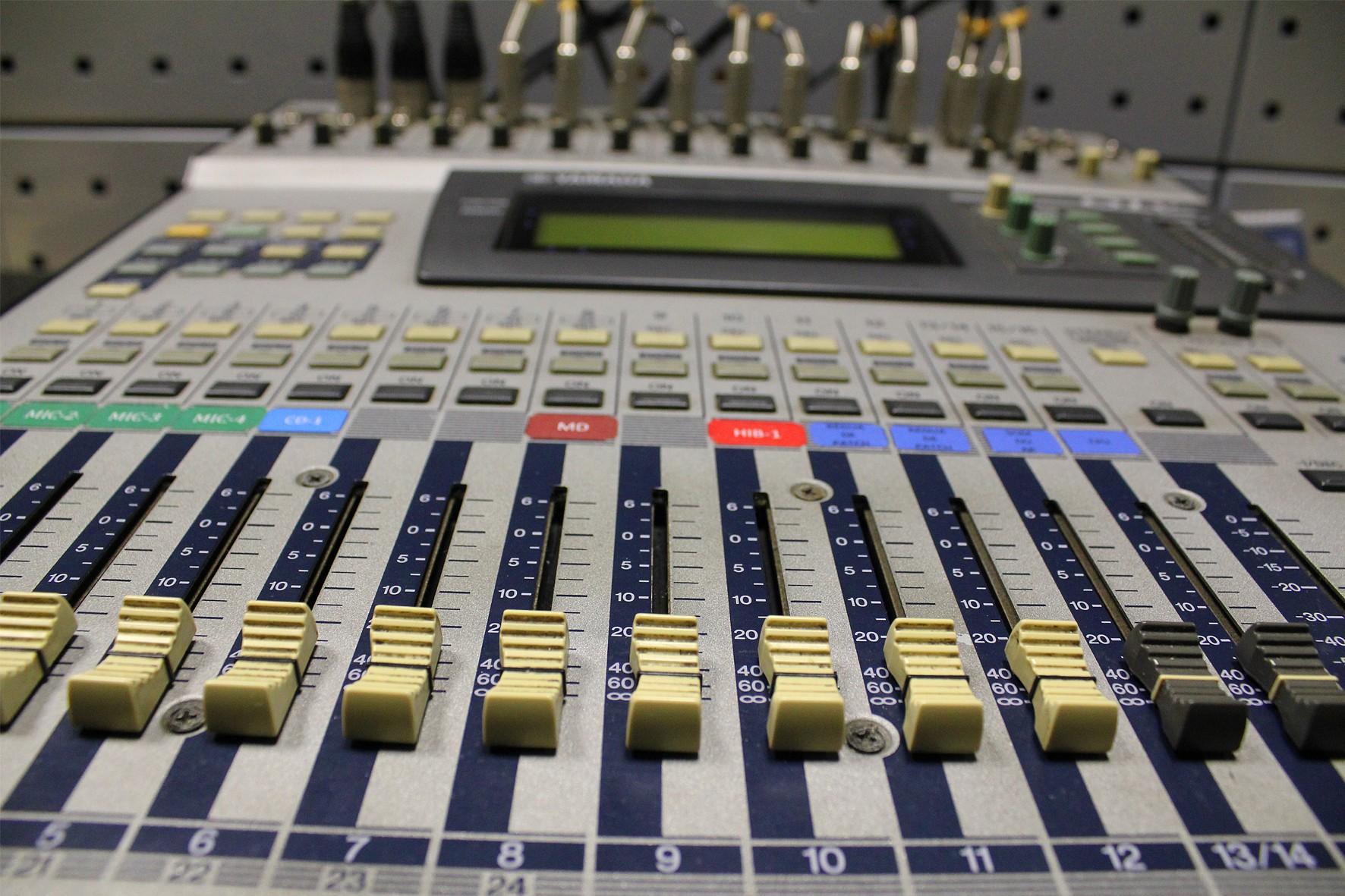 Mesa de som da rádio USP » USP Imagens - Banco de imagens