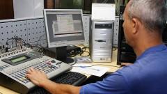 Operador de som da Rádio USP, veículo da Coordenadoria de Comunicação Social da USP (CCS - USP) na Cidade Universitária em São Paulo. Foto: Marcos Santos.