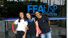 Camila Martins , caloura da FEA e seus pais participam de trote no primeiro dia na USP. Foto: Cecília