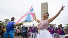 Encontro da Escola de Samba Rosas de Ouro com as Baterias Universitárias na Praça do Relógio