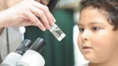 Visitante observando a estrutura e o funcionamento de células no Instituto de Ciências Biomédicas. foto Cecília Bastos
