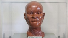 Reprodução do fóssil humano .Luzia foi o nome que recebeu do biólogo Walter Alves Neves o fóssil humano (homo sapiens) mais antigo encontrado nas Américas, com cerca de 11.500 a 12.000 anos1 e que reacendeu questionamentos acerca das teorias da origem do homem americano.