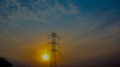 Rede elétrica com por do Sol ao fundo.