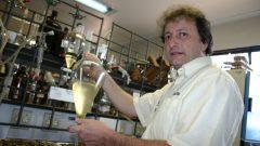 Prof. Miguel Dabdob, da FFCLRP, no laboratório de Biodisel