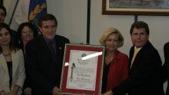 Profa. Suely Vilela, reitora da USP, recebe o título de cidadã ribeirãopretana, dezembro de 2000
