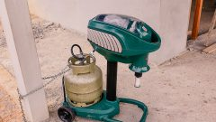 Os pesquisador Pablo Secato Fontoura com o técnico Anderson Costa instalam armadilha de mosquito no tanque de piscicultura na cidade de Cruzeiro do Sul no estado do Acre. Foto Cecília Bastos/Usp Imagem