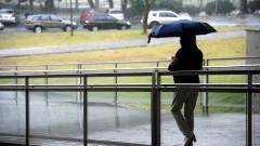 Chuva na Universidade de São Paulo, pessoa com guarda chuva na rampa da Biblioteca Mindlin. foto Cecília Bastos/USP Imagem