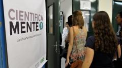 Alunos de ensino médio e graduação na oficina CSI no Laboratório de Aulas Práticas do ICB . foto Cecília Bastos