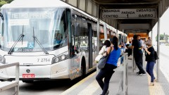 Ponto de onibus, corredor de onibus na Avenida Francisco Morato.
