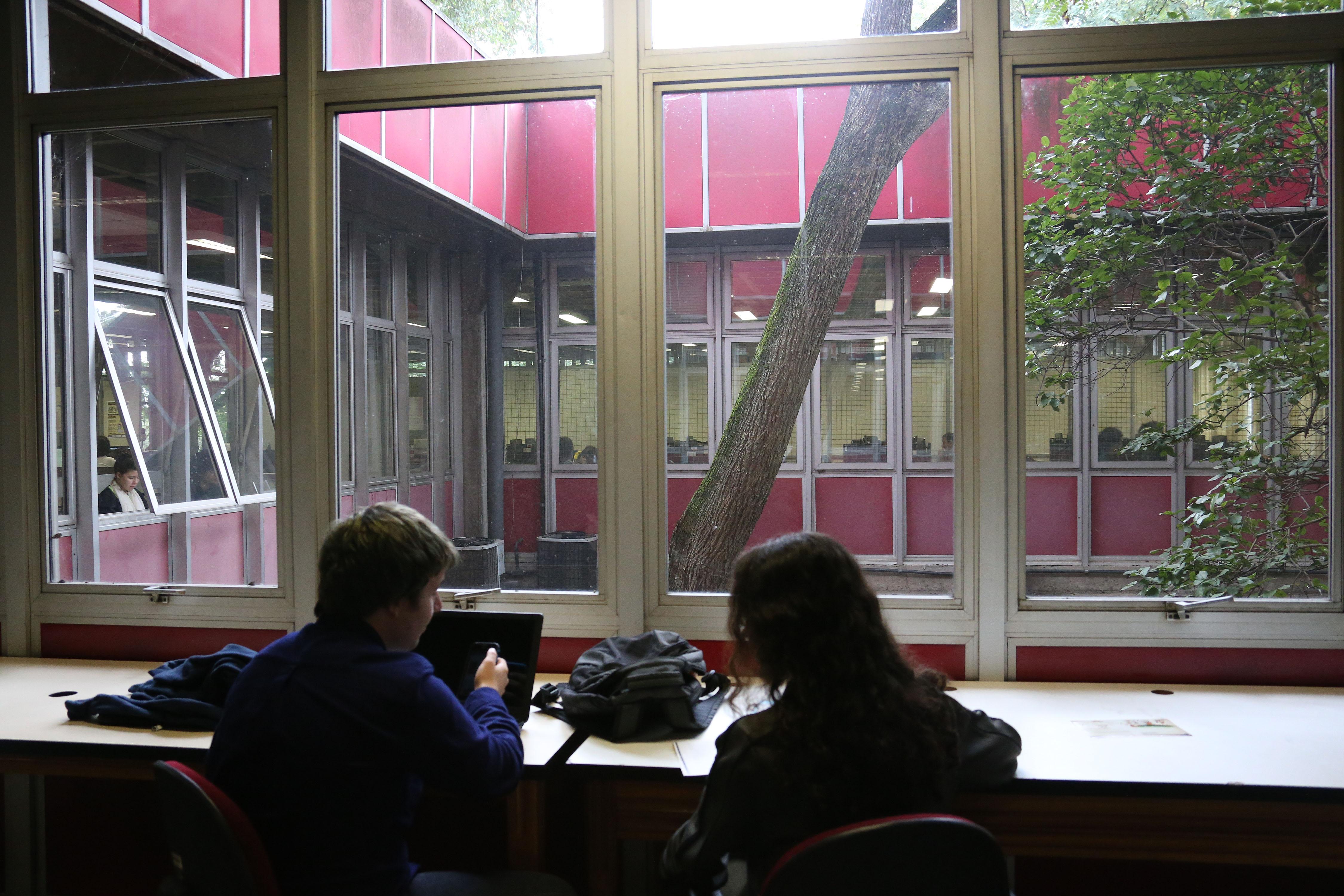Aluno no Conjunto Didático de Filosofia e Ciências Sociais. foto Cecília Bastos/USP Imagem