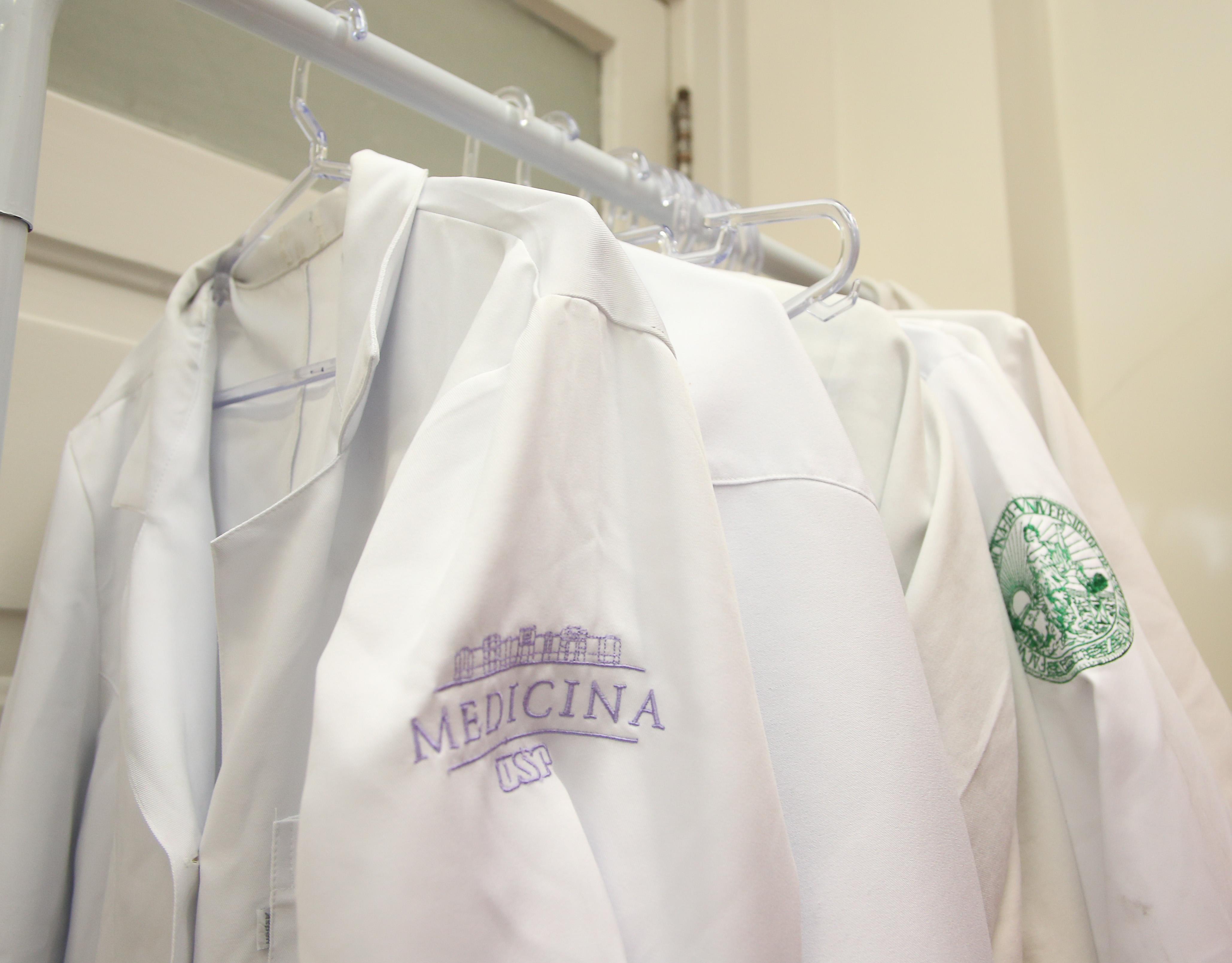 Capas de médicos, avental de médico. foto Cecília Bastos
