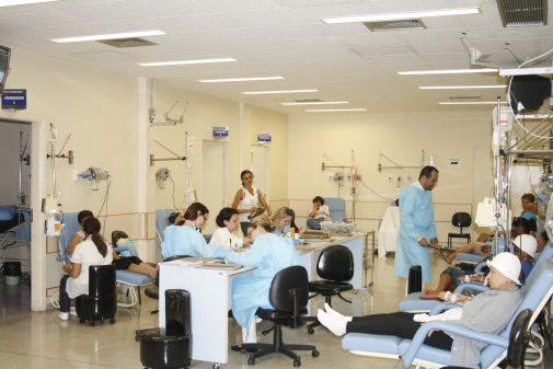 Atendimento na sala de quimioterapia do HC-FMRP