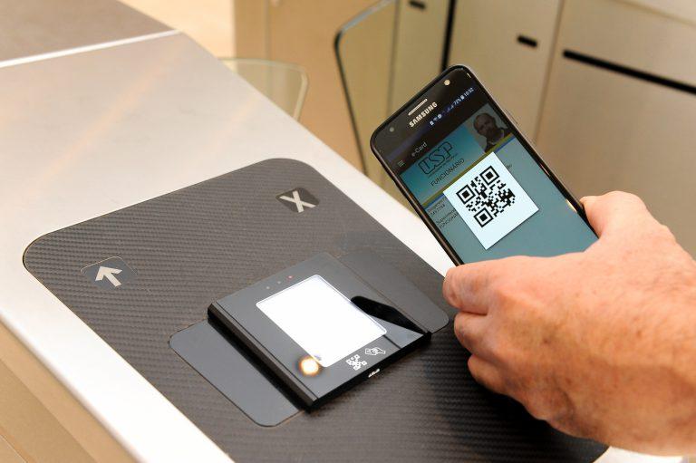 QR Code no celular para ser usado na catraca de funcionários da USP. Foto Cecília Bastos/USP Imagem