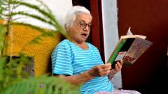Maria de Lourdes Ribeiro Bastos, moradora de Carapicuiba lendo no quintal de sua casa. foto Cecília Bastos