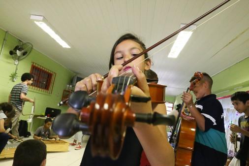 Orquestra Sinfônica da USP faz atividade com crianças antes da apresentação no Circo Escola