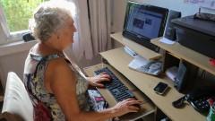 Páscoa da Conceição mexendo no computador no interior de sua casa do bairro do Jaçanã. foto Cecília Bastos