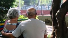 Casal de idosos Páscoa e Ulysses da Conceição no jardim do condomínio onde moram. foto Cecília Bastos