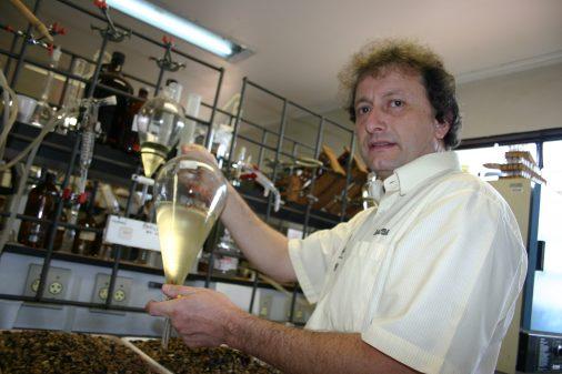 Prof. Miguel Dabdob, da FFCLRP, no laboratório de Biodiesel